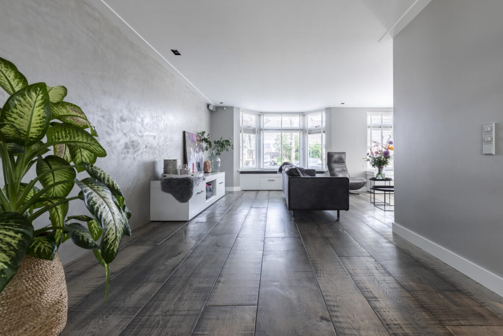 Donkere houten vloer in Dirkshorn