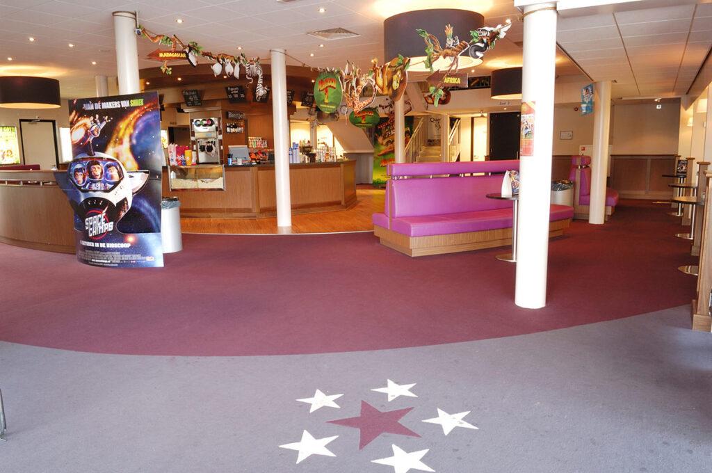 Glanzende houten vloer in de bioscoop van Schagen