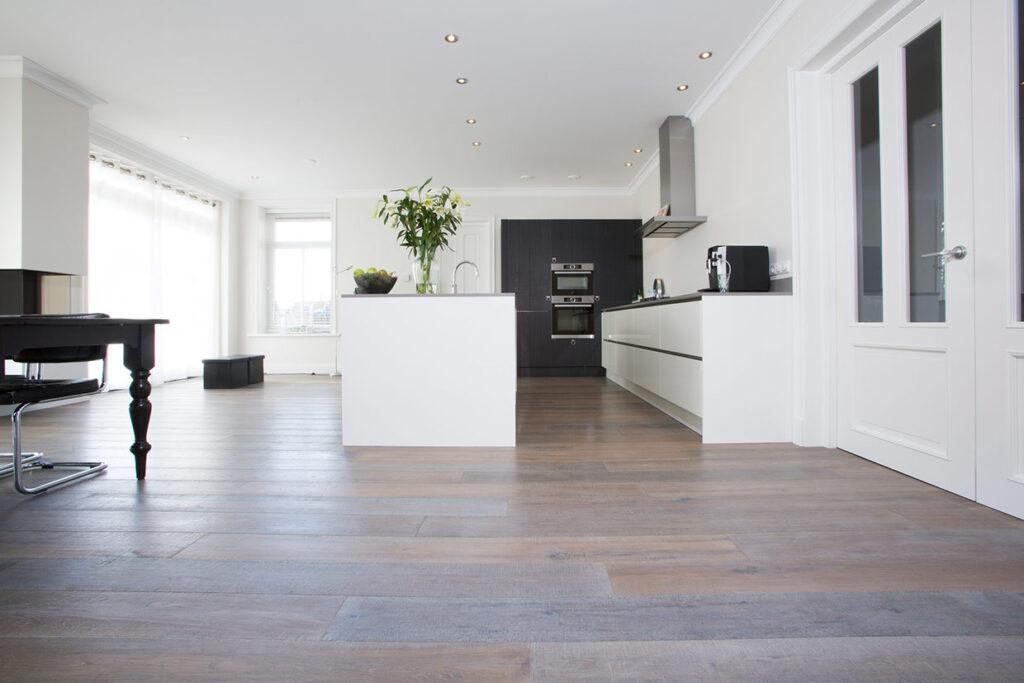 Licht bruine parket vloer in Voorhout