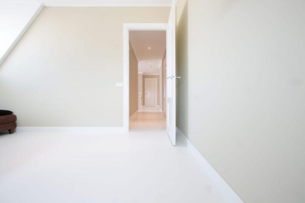 Witte vloer op de eerste verdieping in Voorhout