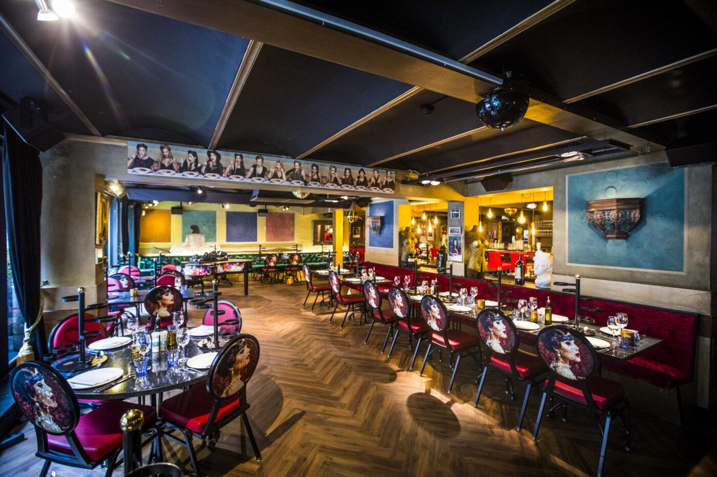 Restaurant met donkere visgraat vloer in Amsterdam