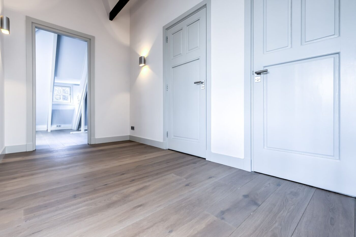 Donkere houten planken vloer in de gang in Bussum