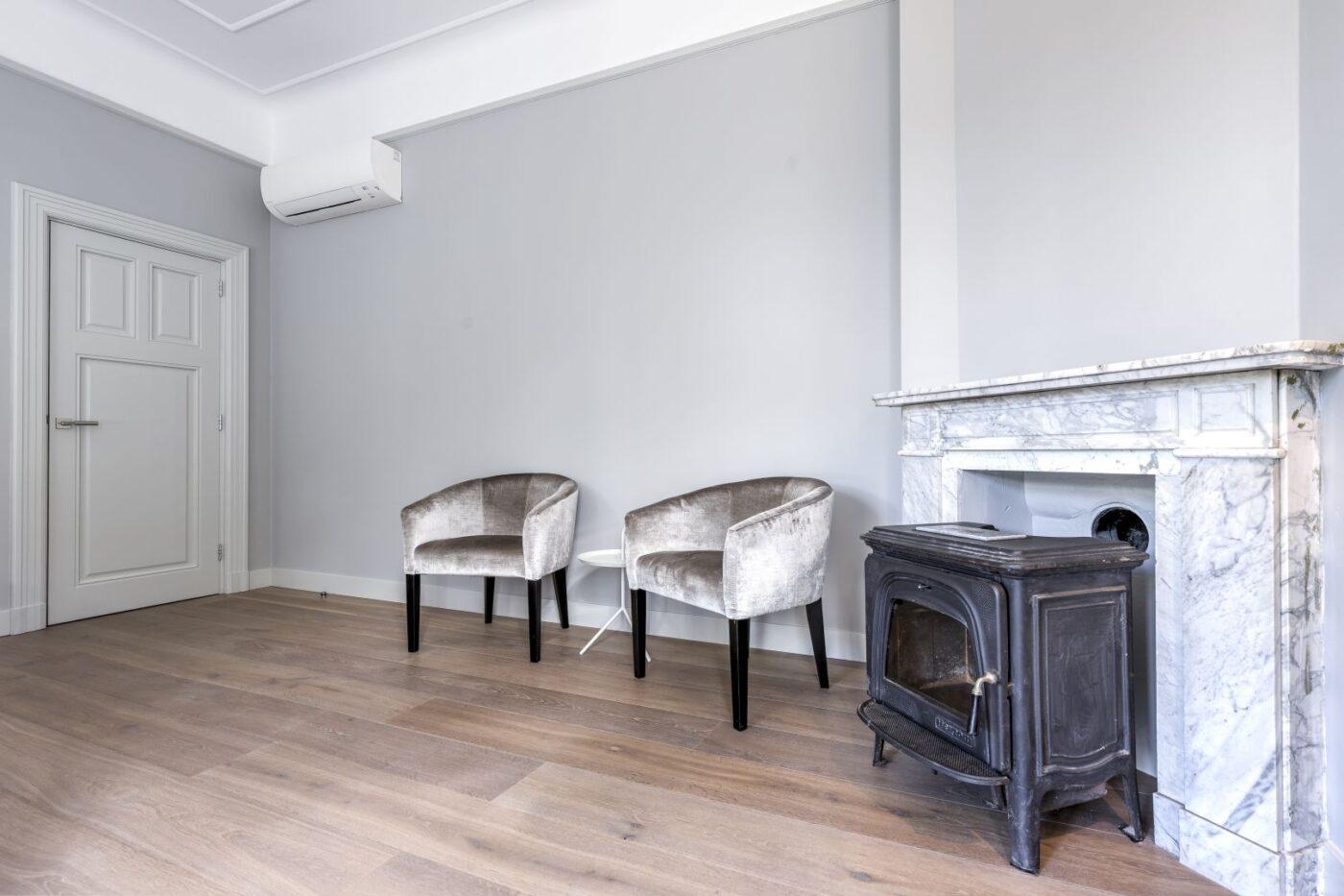 Donkere houten planken vloer in de woonkamer in Bussum