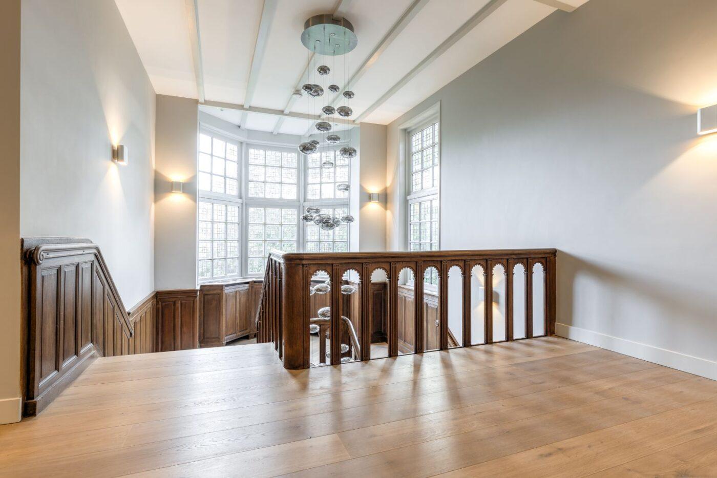 Donkere houten planken vloer in de trapgang in Bussum