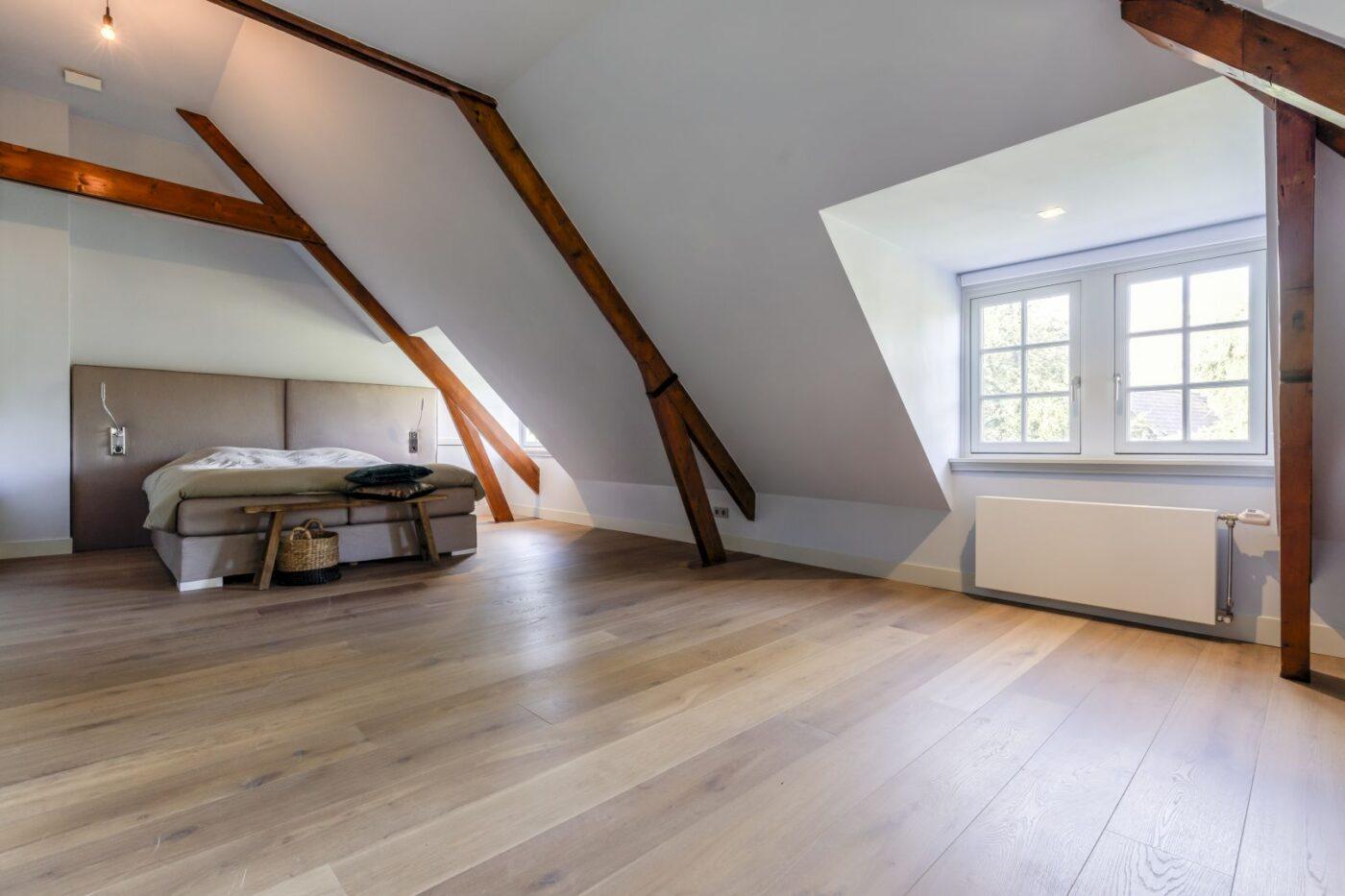 Donkere houten planken vloer in de slaapkamer in Bussum