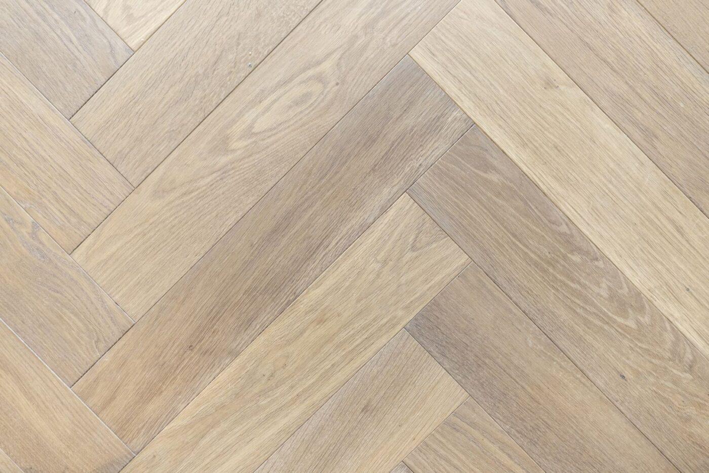Donkere houten visgraat vloer in Bussum
