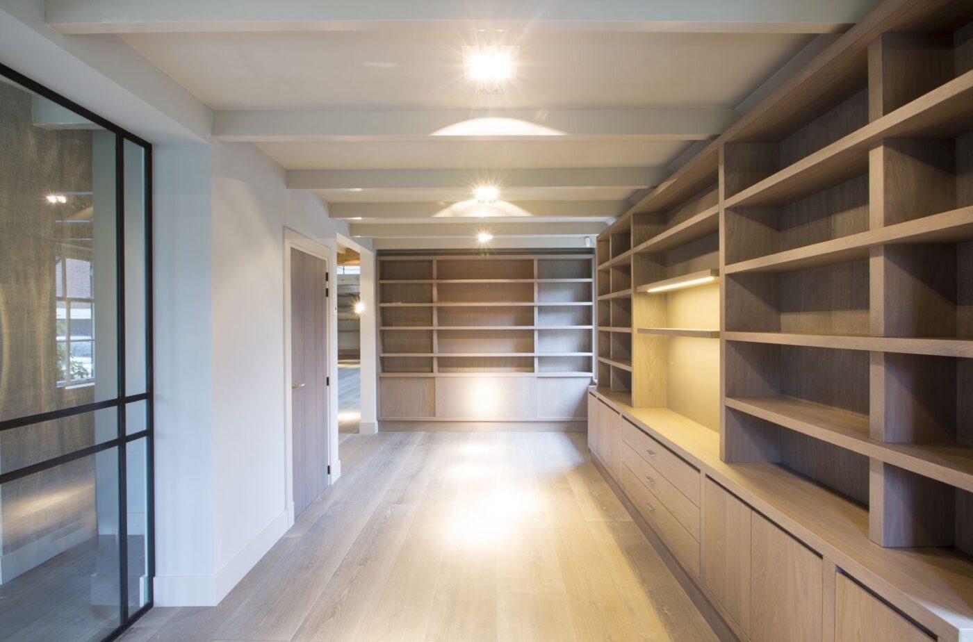 Lichte houten planken vloer in de inloopkast in Blaricum