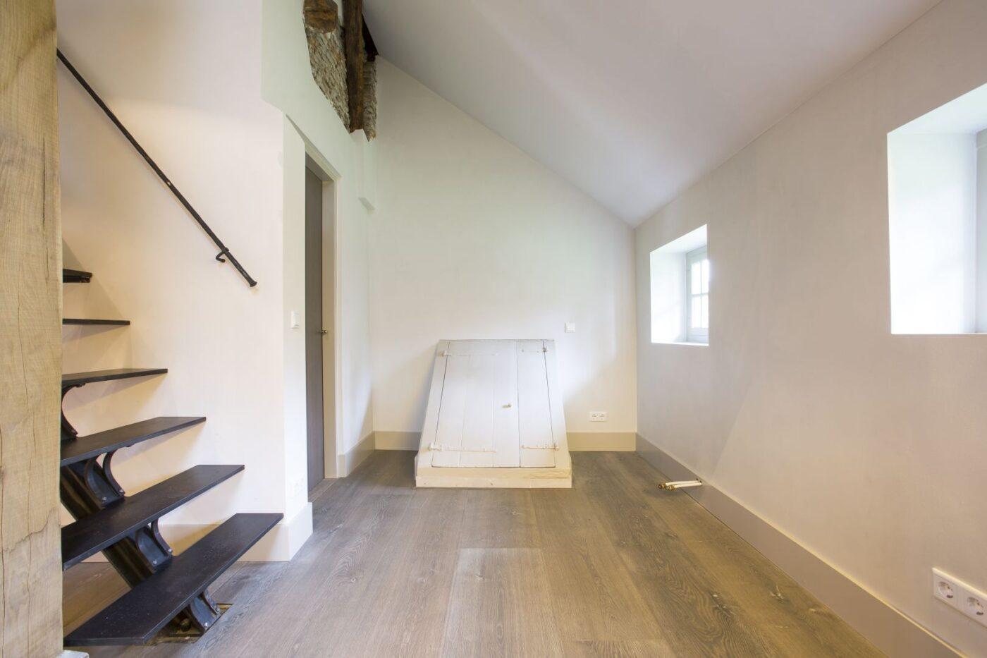 Lichte houten planken vloer in de gang in Blaricum