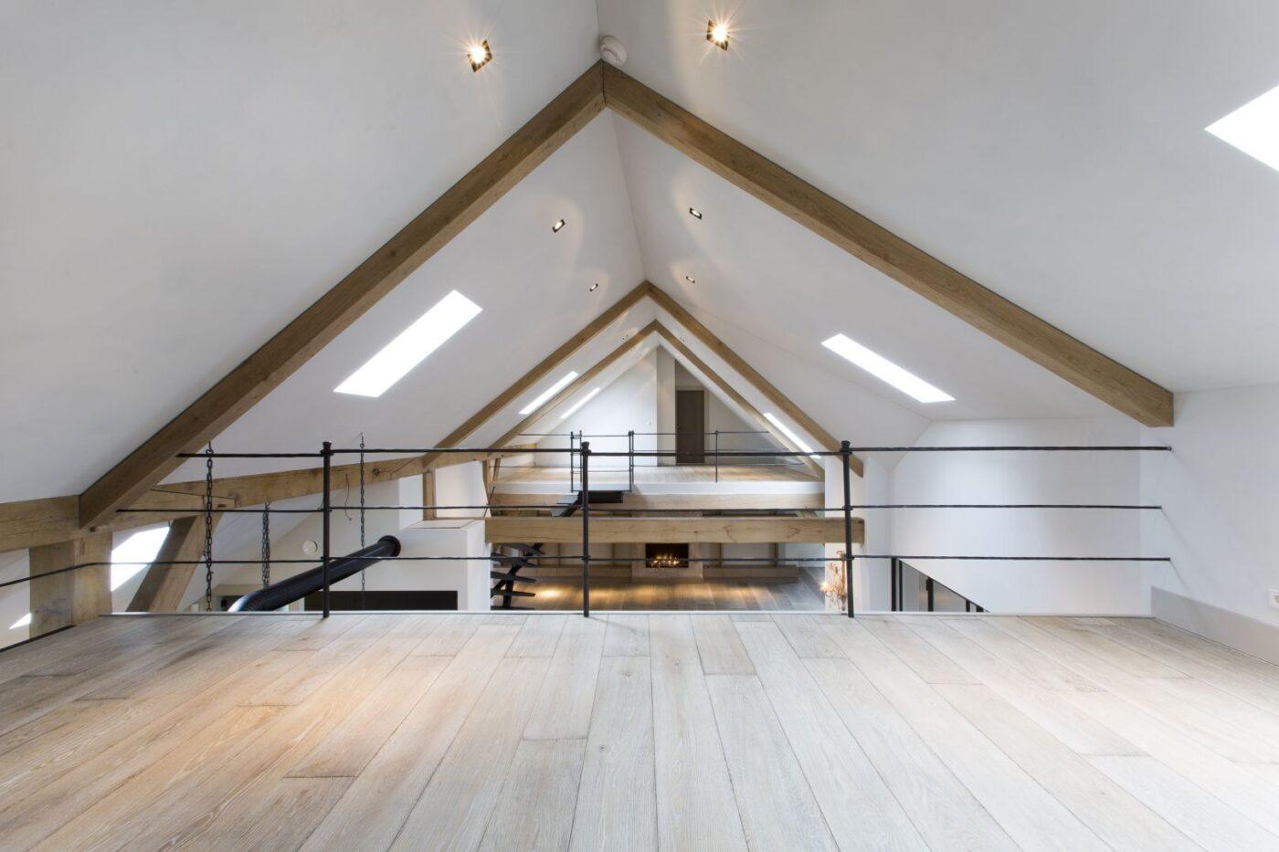 Lichte houten planken vloer op de bovenverdieping in Blaricum