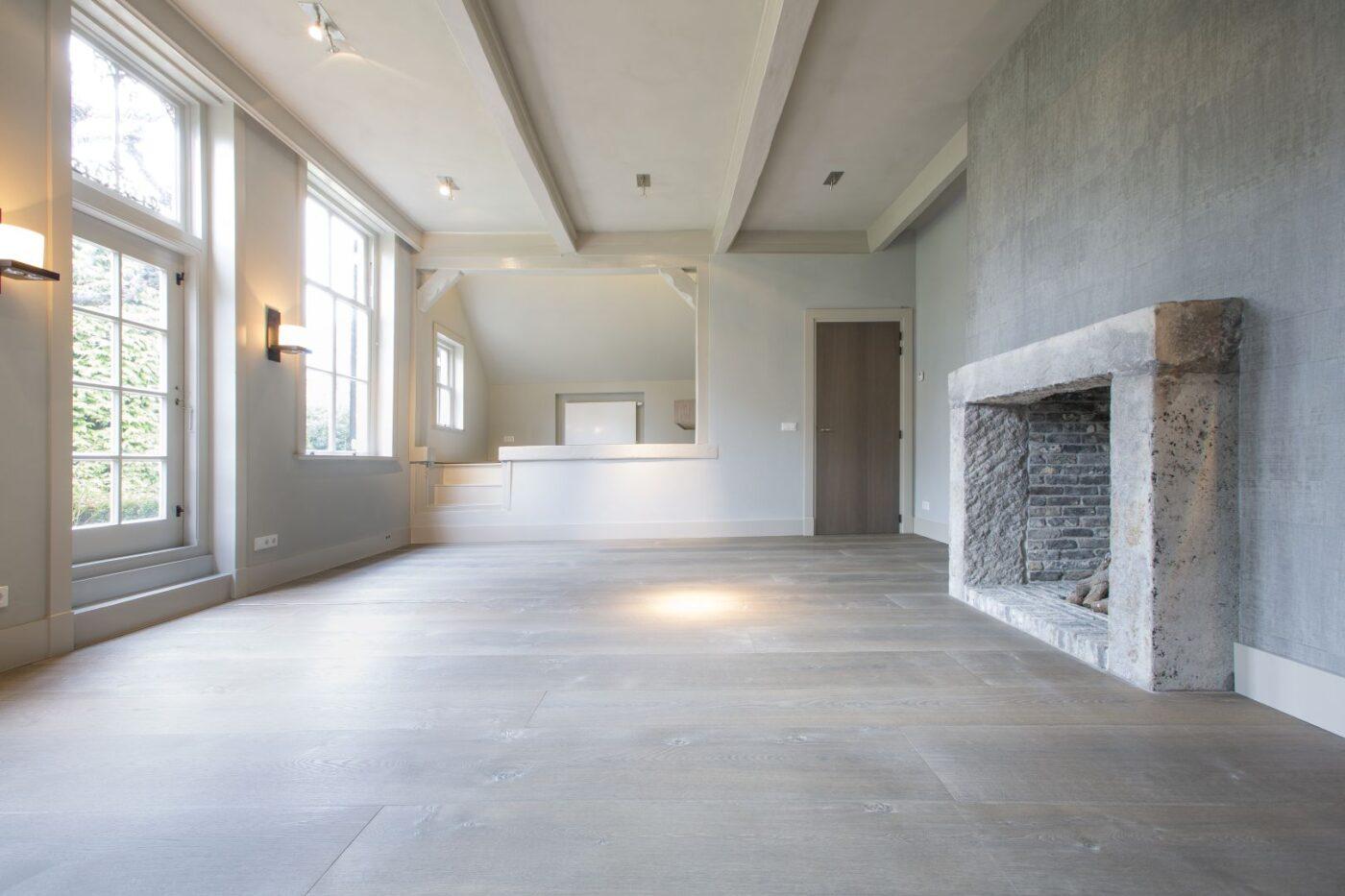 Lichte houten planken vloer in de woonkamer in Blaricum