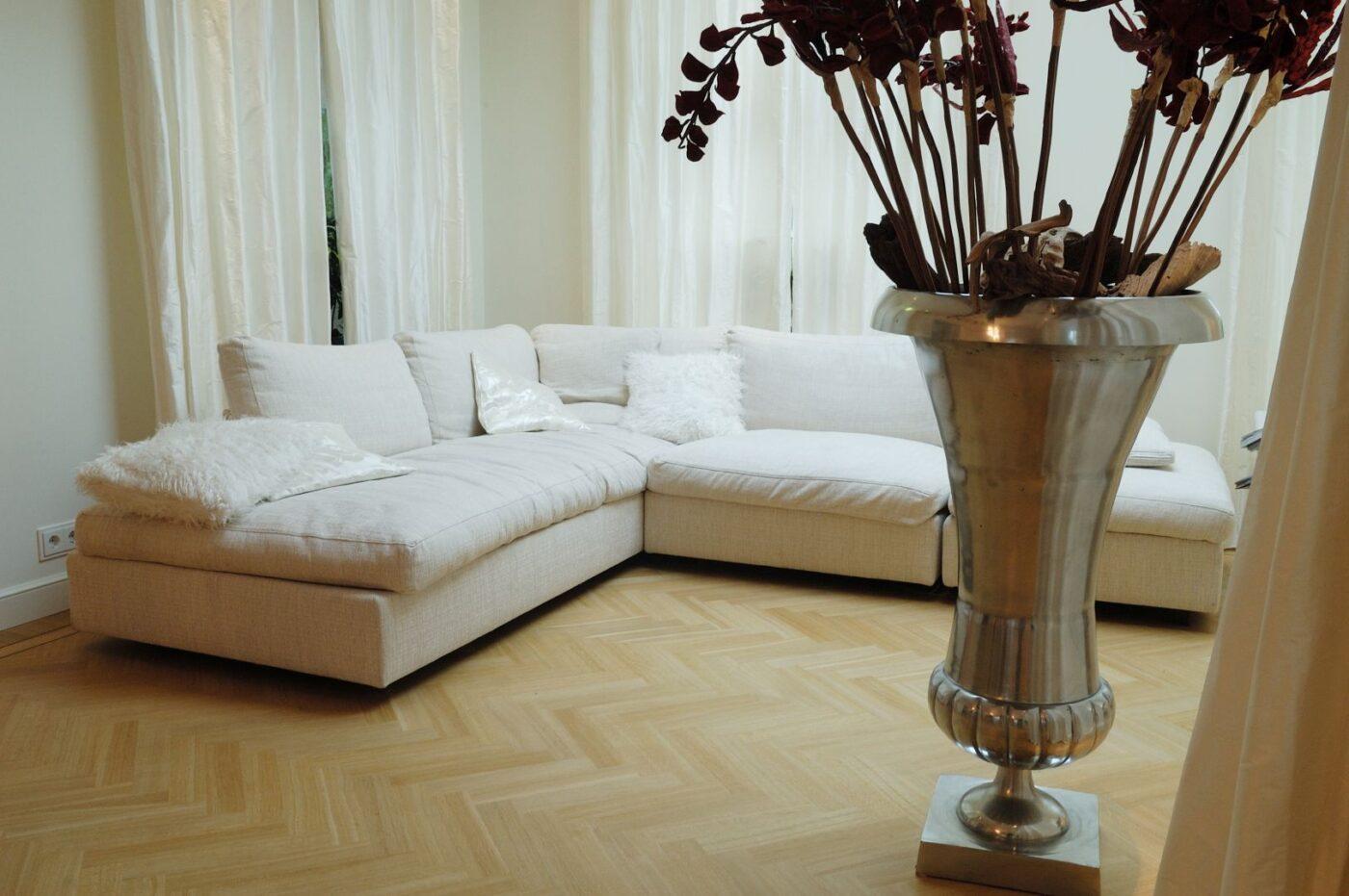 Luxe en lichte visgraat vloer in de woonkamer