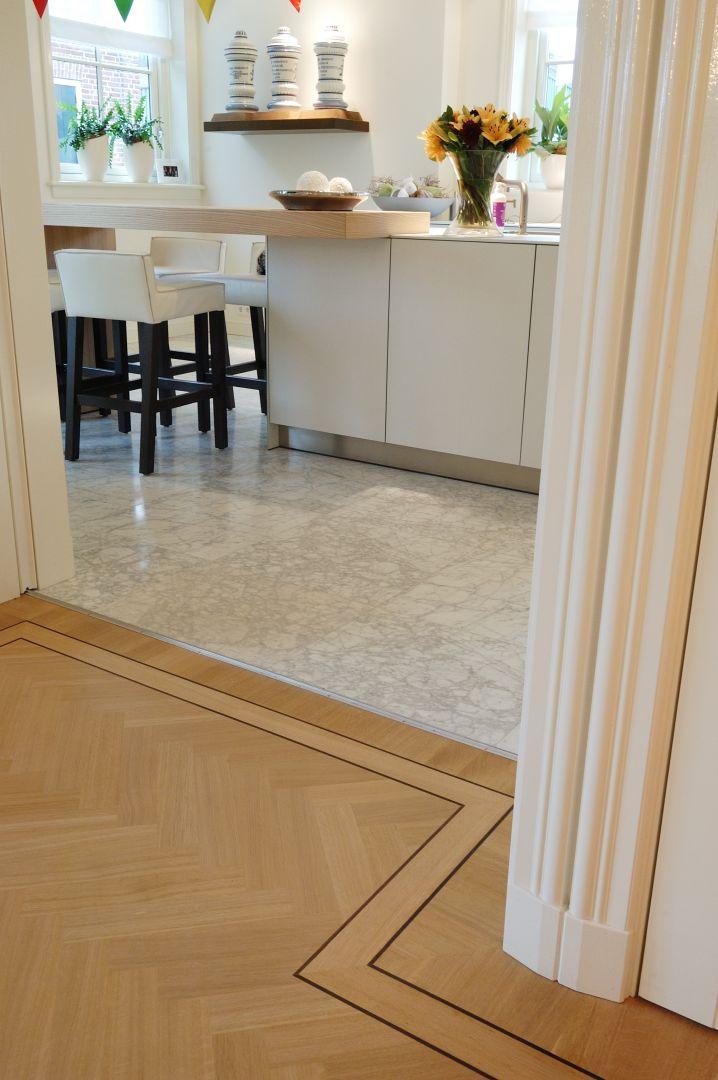 Luxe en lichte visgraat vloer in de eetkamer