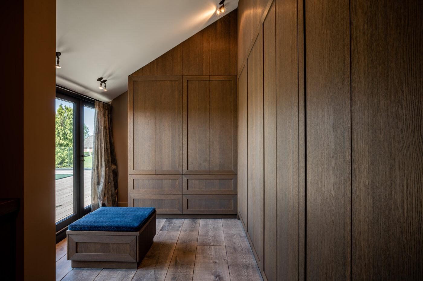 Donkere houten vloer in een inloopkast in Nijkerk