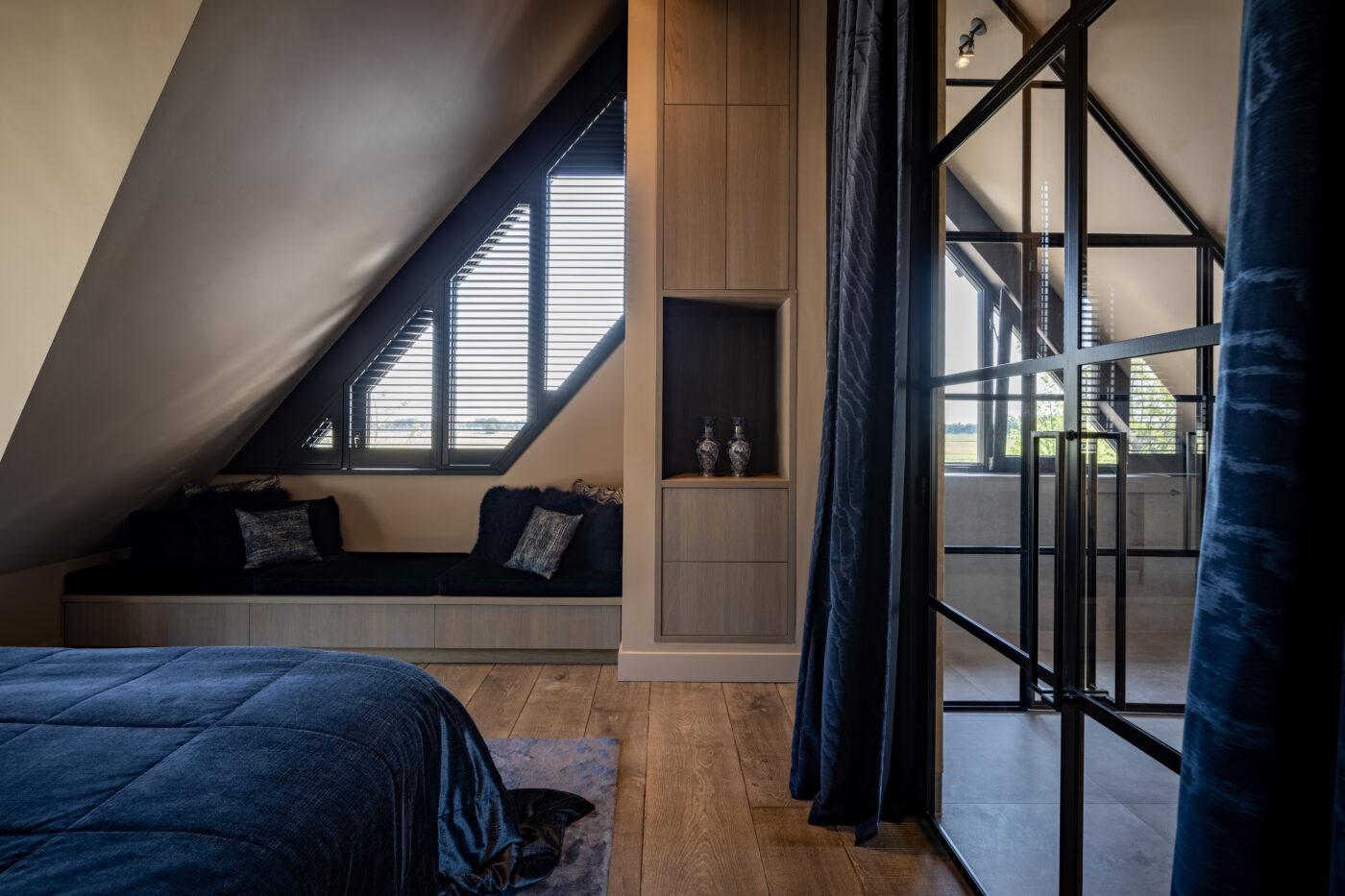 Donkere houten vloer in een slaapkamer in Nijkerk