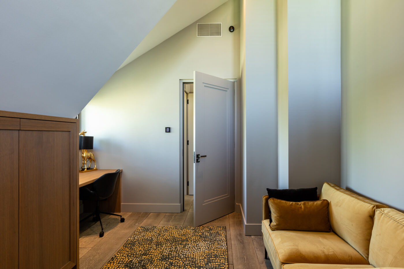 Donkere houten vloer in een werkkamer in Nijkerk