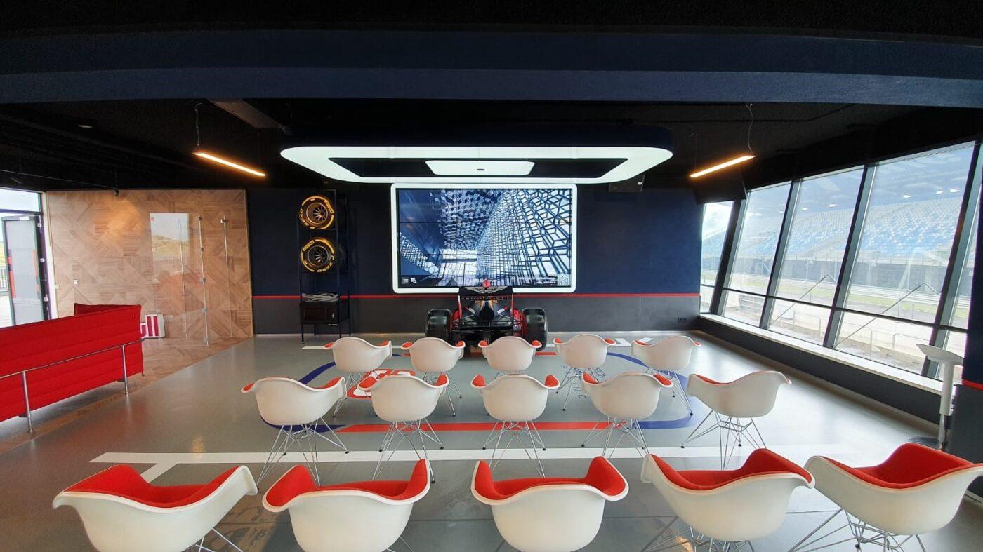 PVC eiken patroon op vloer en wand van Redbull Lounge