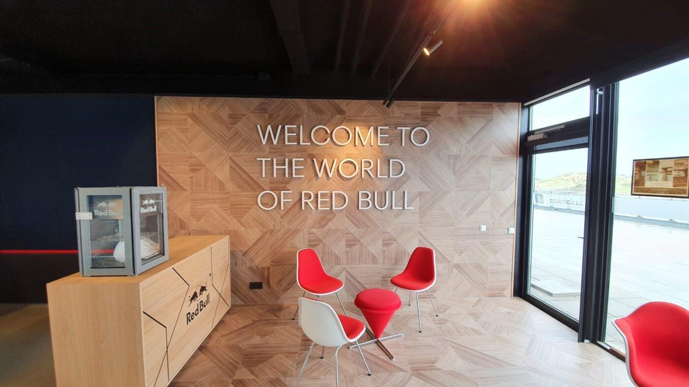 PVC eiken patroon op vloer en wand van Redbull Lounge in Zandvoort