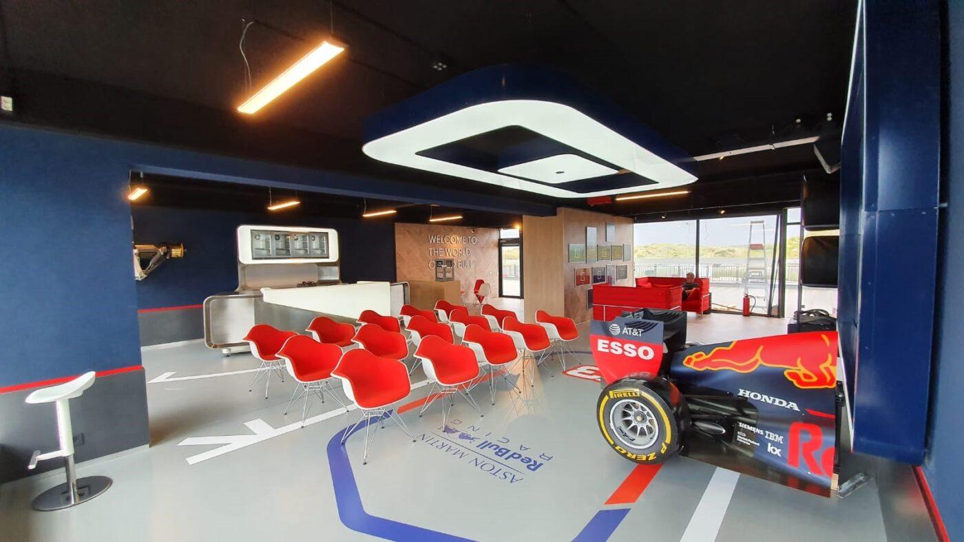 PVC eiken patroon op vloer en wand in Zandvoort Formule 1